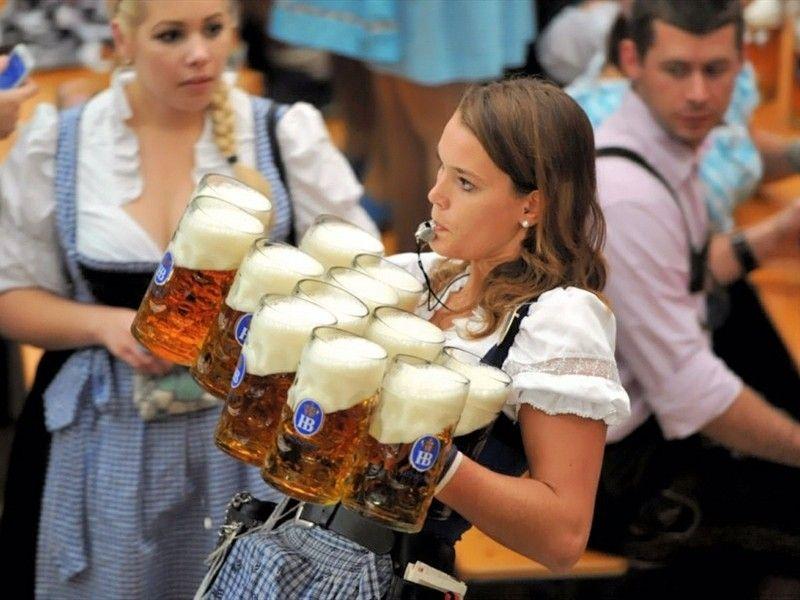 oktoberfest-bierfest-kelnerin-am-dienst