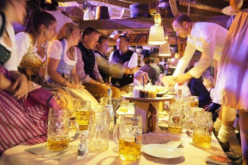 oktoberfest-kleidung-bier-spas-amusieren
