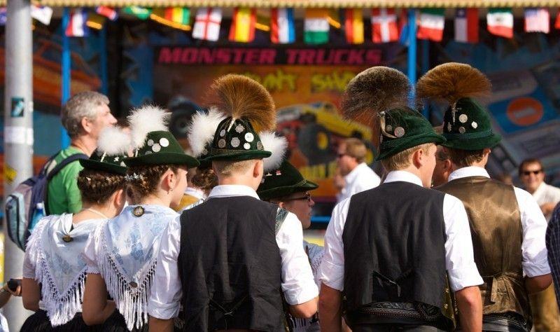 Trachten sind wieder in! Dirndlkleider und Lederhosen, Hute und Schürzen – alles ist trendy!