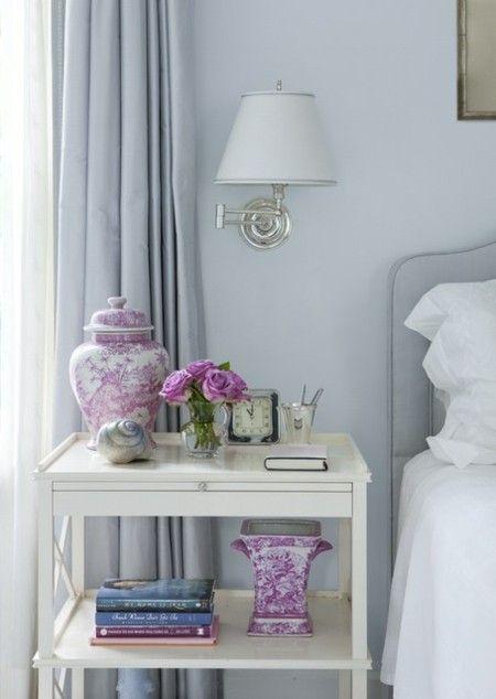 romantisches-schlafzimmer-mit-blumen-deko-leuchte-wandlampe