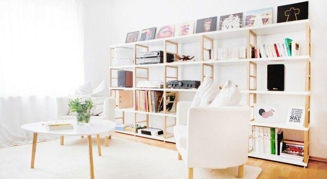 skandinavische-erinrichtung-wohnzimmer-einrichten-offene-wandregake-weiser-sessel-beistelltisch-weis