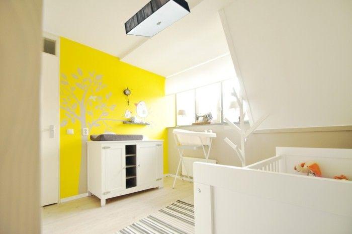 stilvolles-babyzimmer-komplett-gelbe-wand-weise-wickelkommode