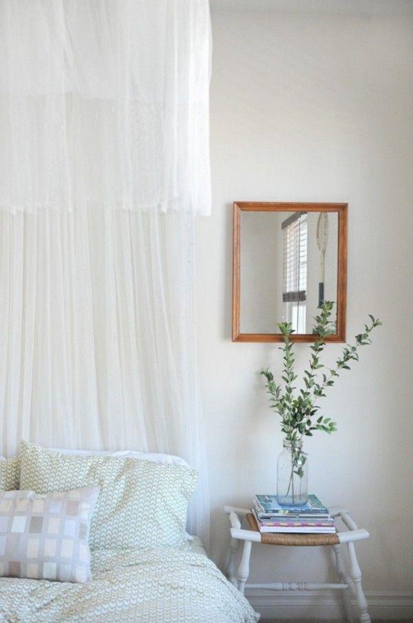 weis-schlafzimmer-bett-gardinen