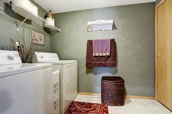 dunkle-waschkuche-mit-weisen-waschgeraten-ausgestattet