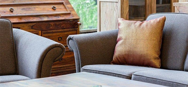 ein-blick-ins-wohnzimmer-couch-und-kaffeetisch