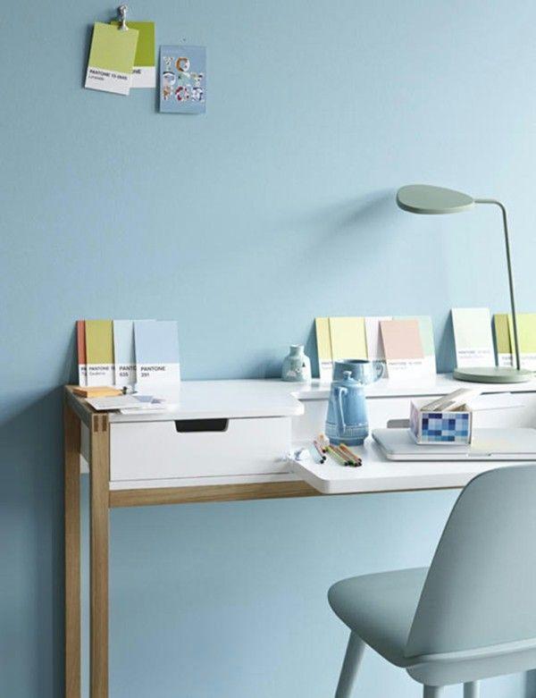 Eis-Blau an dem Stuhl und der Wand wirkt an erster Stelle beruhigend