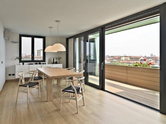 esstisch-aus-holz-und-elegante-stuhle-im-esszimmer-auf-dem-dachgeschoss-mit-herrlichem-panoramablick-auf-die-stadt