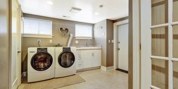 geraumige-waschkuche-mit-fliesenboden-und-modernen-waschgeraten