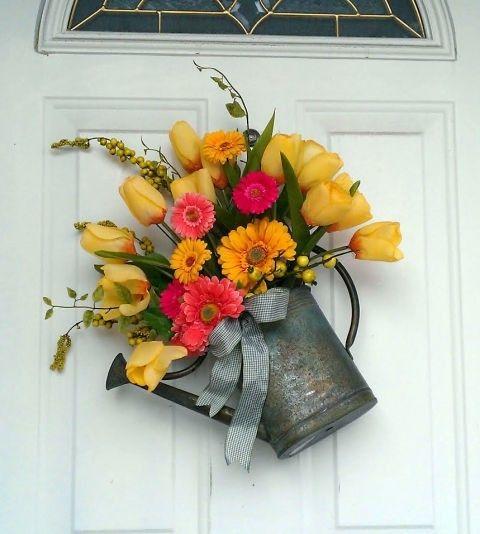 gieskanne-verzinkt-deko-tur-gelbe-tulpen-gartengerbera