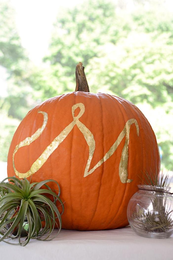 gold-monogramm-auf-einem-kurbis-kurbis-deko-fur-halloween