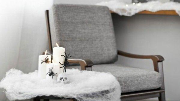grau-gepolsterter-sessel-mit-weiser-halloween-deko-daneben