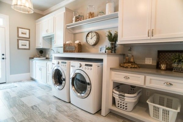 Exceptionnel Grose Moderne Waschkuche In Einem Haus Auf Dem