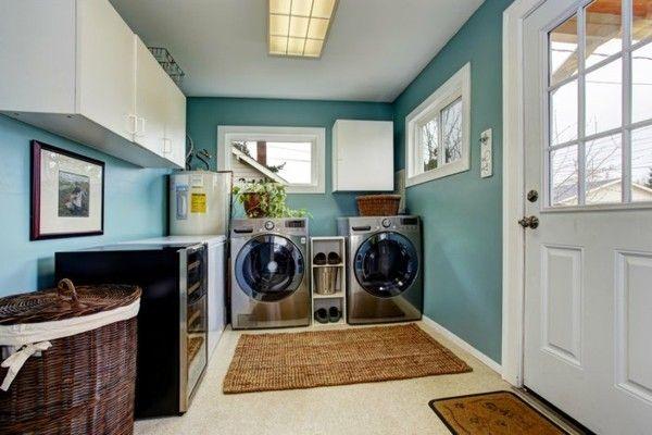 hellblaue-waschkuche-mit-modernen-waschgeraten-und-weisen-schranken