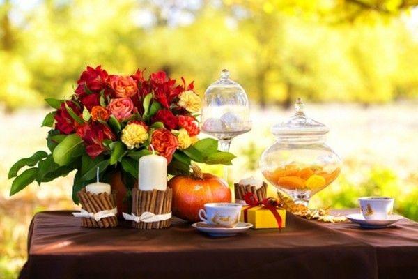 herbstlich-dekorierter-esstisch-im-freien-ladt-zum-romantischen-dinner-ein
