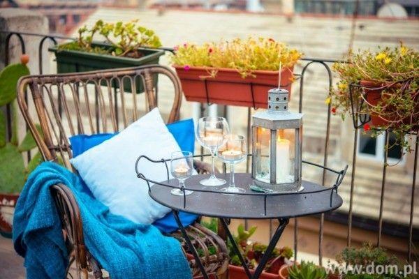 herrliche-terrassen-mit-gemutlichen-touches-komfortabler-rattan-stuhl-und-kerzen-auf-dem-tisch-aus-schmiedeeisen