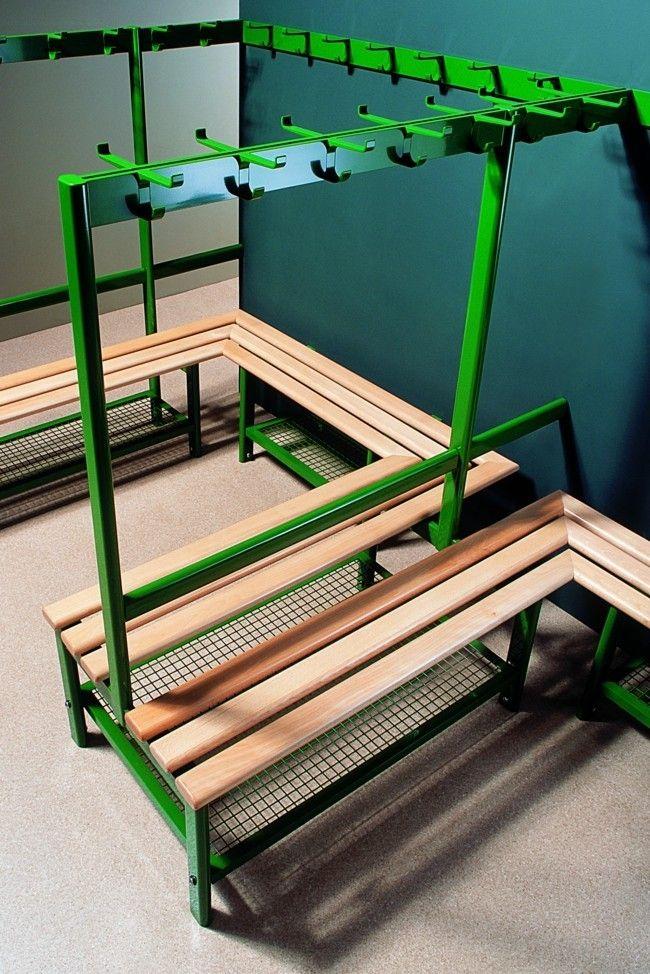 Eine Garderobenbank ist eine gute Sitzgelegenheit und kann aus verschiedenen Materialien hergestellt werden