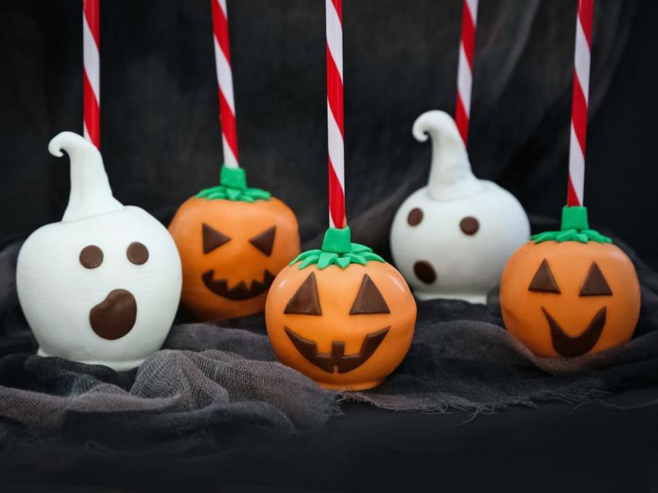 kandierte-apfel-als-kleine-gespenster-halloween-deko