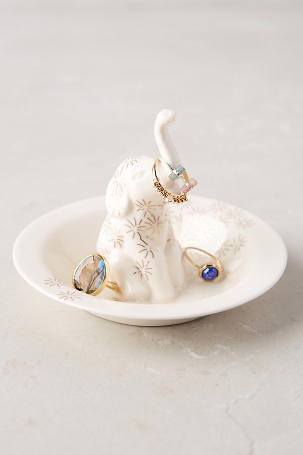 kleiner-elefant-aus-porzellan-als-schmuckstuckhalter