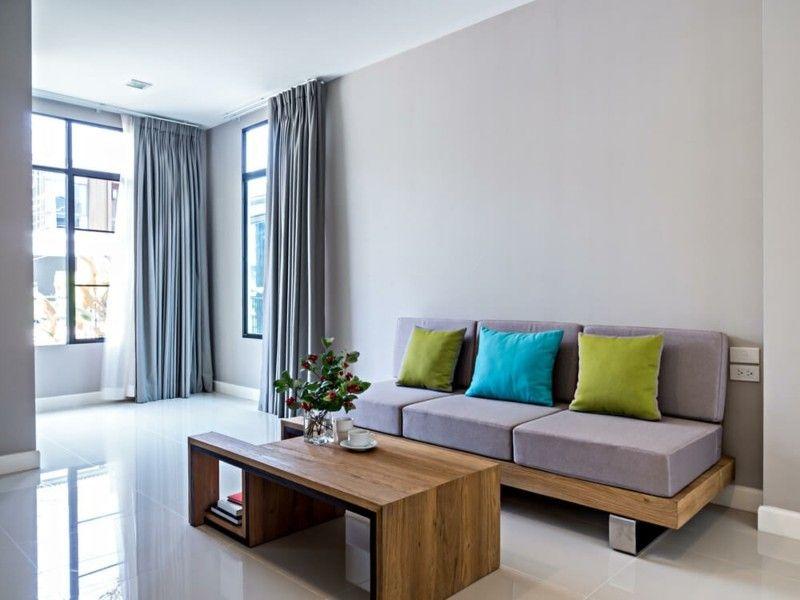 minimalistisches-wohnzimmer-mit-sofa-eingerichtet