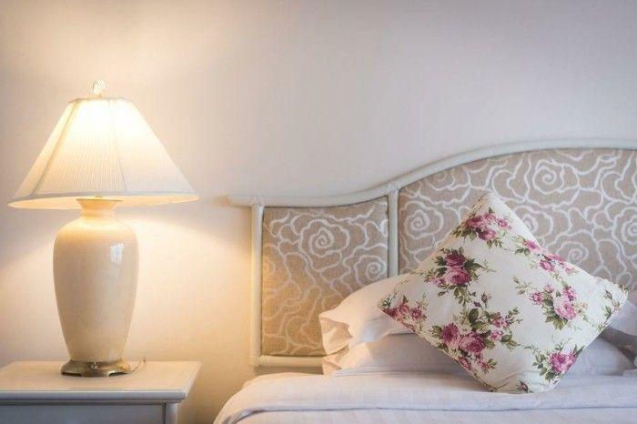 modern-und-romantisch-eingerichtetes-schlafzimmer
