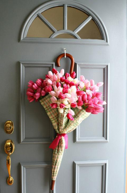 regenschirm-deko-tur-frische-tulpen