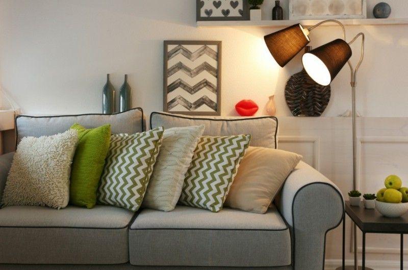schones-modernes-wohnzimmer-mit-grauem-sofa-und-stehlampe
