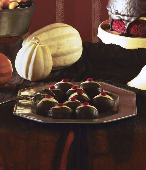 schoko-augapfel-als-halloween-tischdekoration