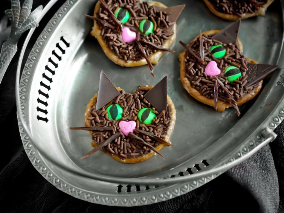 schwarze-katzen-zum-naschen-machen-uns-glucklich-halloween-deko