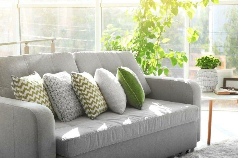 sofa-mit-farbenfrohen-deko-kisse