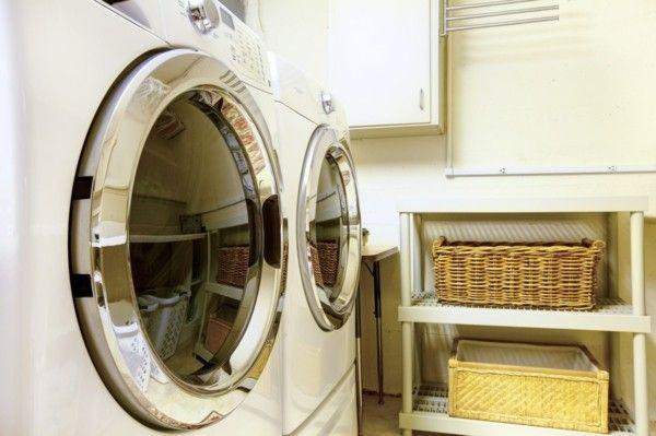waschbereich-mit-modernen-geraten-ausgestattet-weidenkorbe-fur-die-wasche