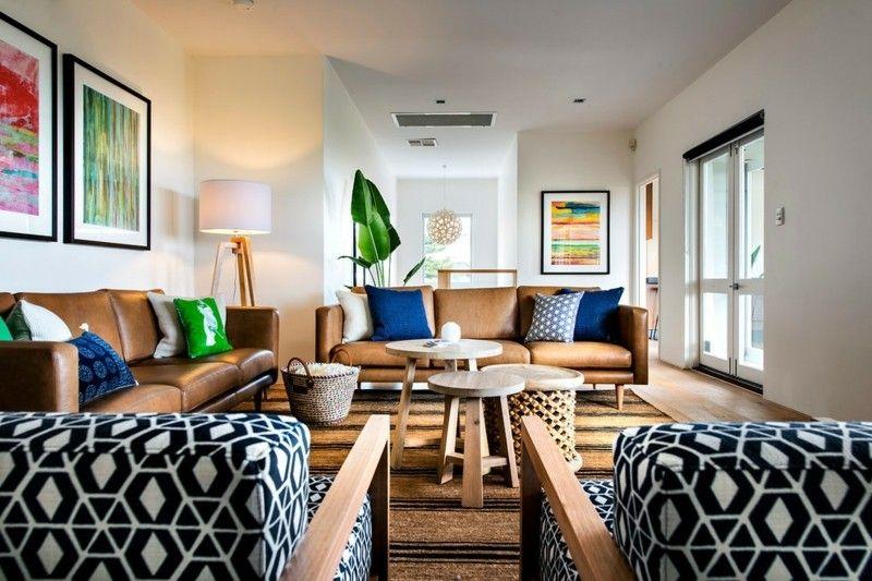 wohnzimmer-mit-zwei-couches-und-sessel