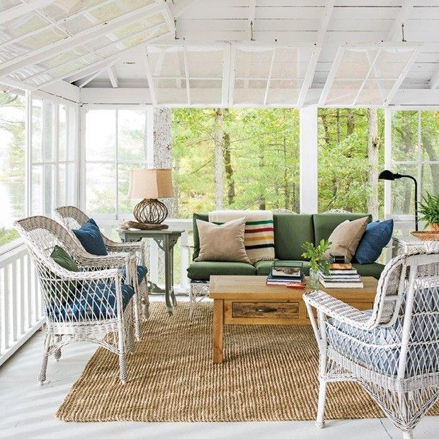 uberdachte-veranda-gartenmobel-korbsessel-weis-couch-deko-kissen