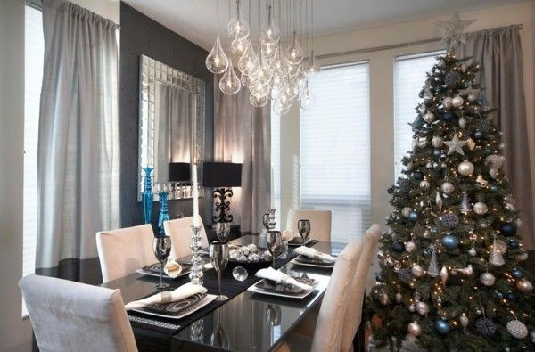Blau  Silber   Christbaum   Weihnachtstisch   Wandspiegel   graue Gardinen