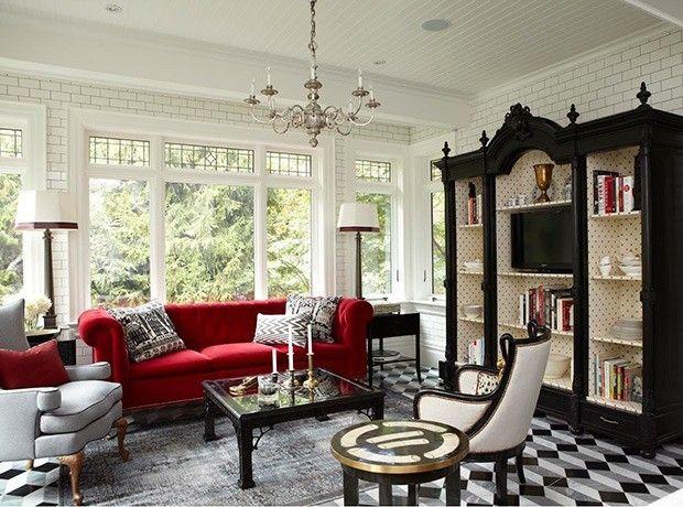 couch-in-rot-sessel-in-hellgrau-couchtisch-mit-glasplatte-schrank