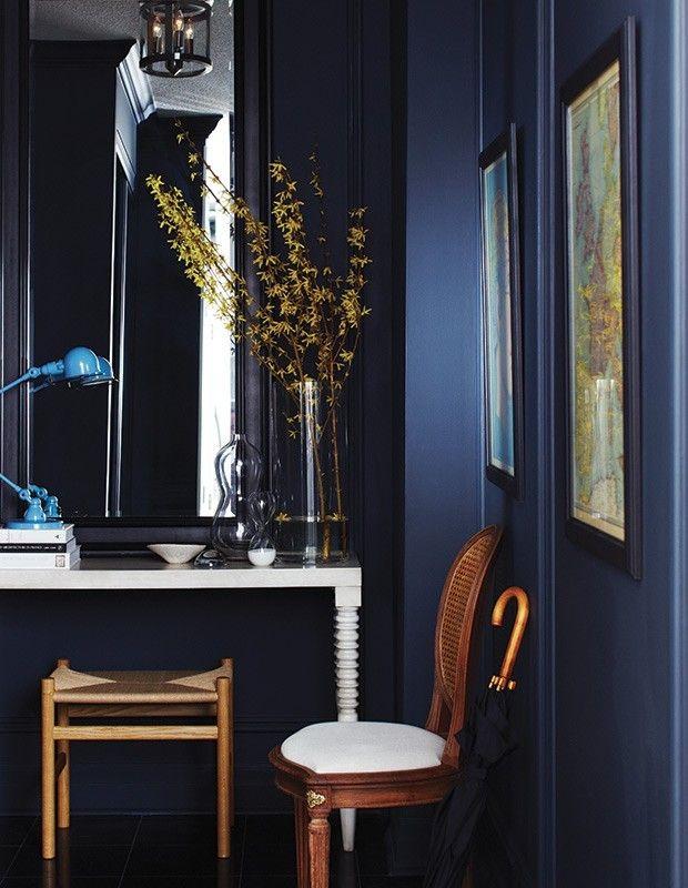 dunkelblaue-wande-hellblaue-leselampe-holz-gelbe-zweige-in-vase