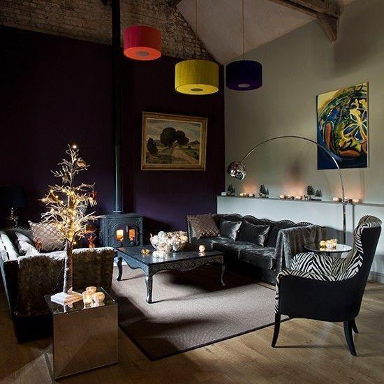 dunkellila-wand-kaminofen-hangeleuchten-stehlampe-wandbilder-weihnachtsbaum