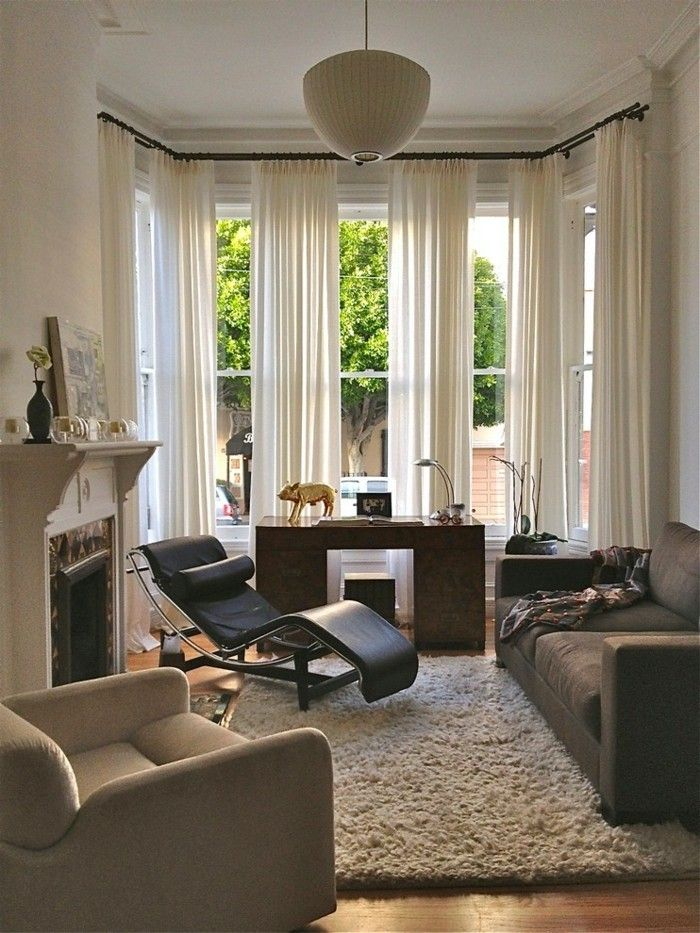 fenster-kamin-couch-moderne-gardinen