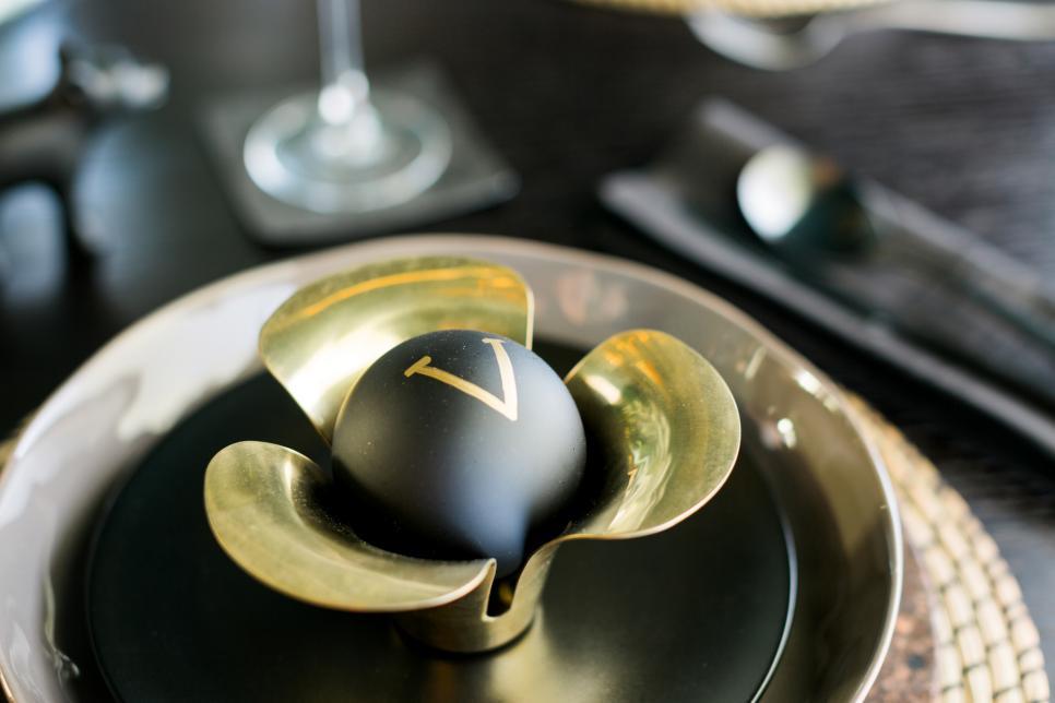 gold-und-schwarz-tischdekoration