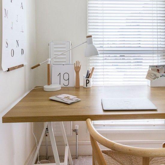 home-office-im-skandinavischen-stil-ganz-in-weis-mit-holzakzenten