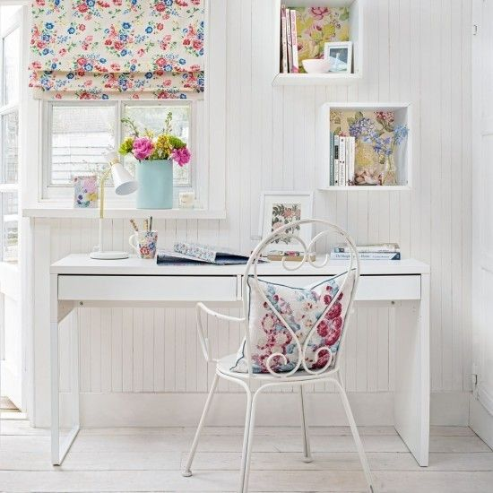 home-office-in-weis-mit-floralen-elementen