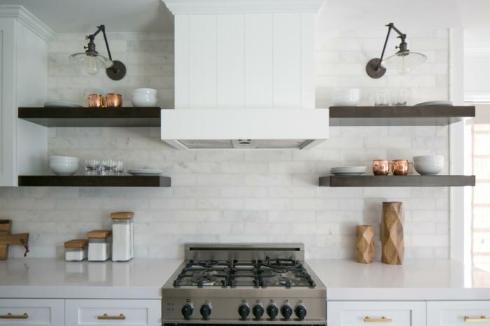 kuchen-schwarz-offenen-regalen