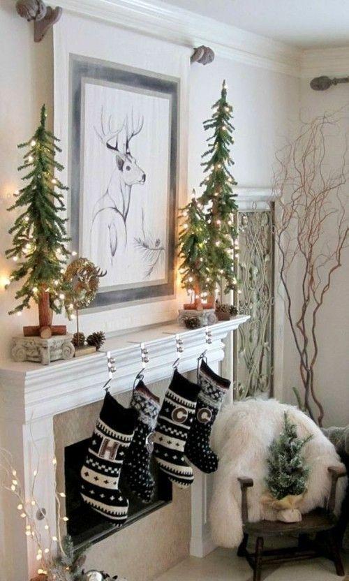 Kamin Kaminsims Dekoration  Weihnachtsstrumpfe Kleine Tannenbaume Tannenzapfen Bild