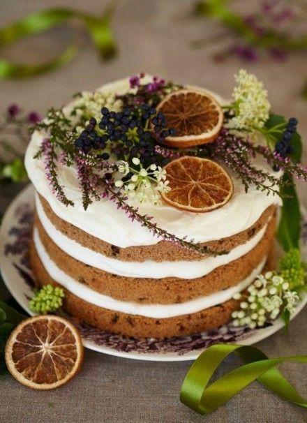 kuchen-mit-orangenscheiben-und-winterblumen-dekoriert