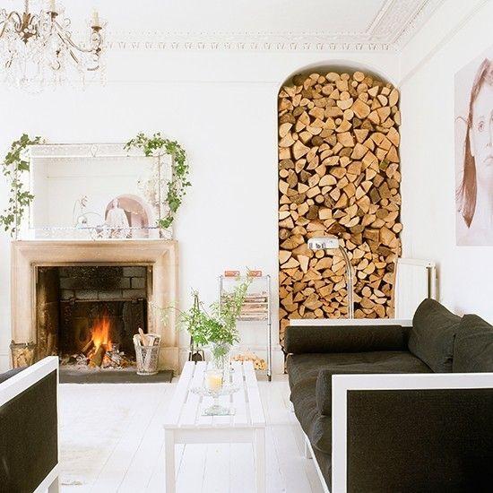 minimalismus-wohnzimmer-kamin-brennholz-weis