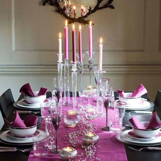 moderner-festtisch-gedeckt-lila-und-silber-schick-und-glamouros