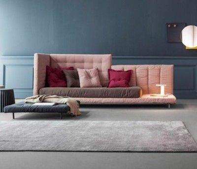 modernes-sofa-in-rosa-mit-bunten-deko-kissen