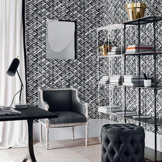 monochrome-raumgestaltung-im-home-office-mit-geometrisch-gemusterter-wandtapete