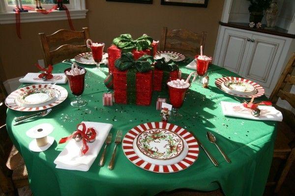 Flur Deko Grun : Die weihnachtlich eingepackten Geschenke können Sie in die Tischmitte [R