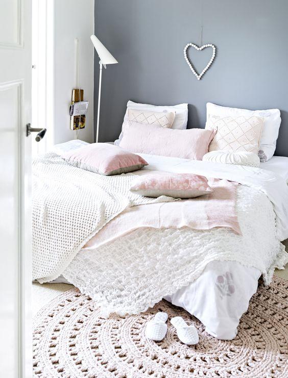 schlafzimmer-romantisch-warmes-bettzeug-herz-an-der-wand