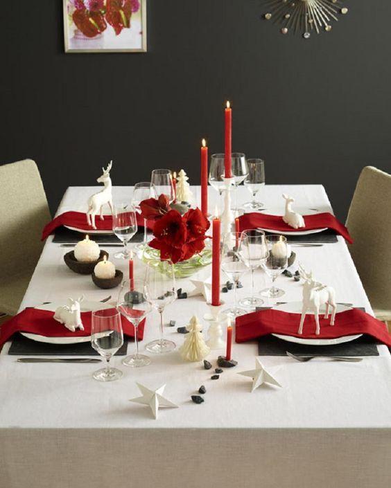 schwarz-rot-weis-gedeckter-weihnachtstisch-rote-kerzen